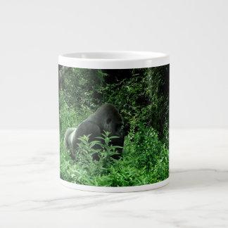 Gorila en animal verde de la fauna del tinte de la taza de café gigante
