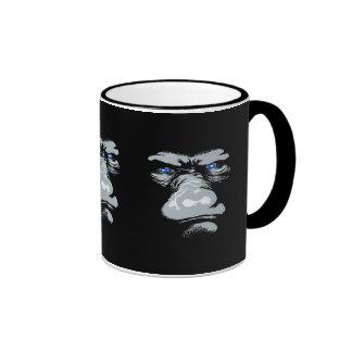Gorila en blanco taza de café