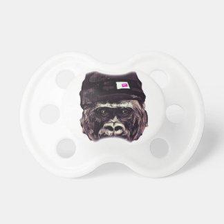 Gorila fresco con el casquillo chupetes de bebe