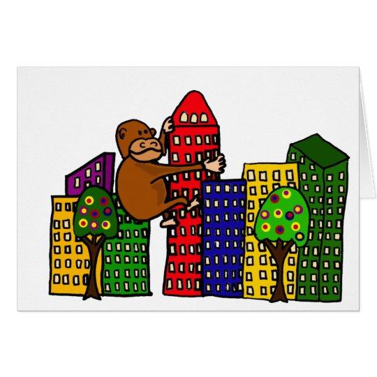 Gorila gigante que abraza el edificio alto tarjeta de felicitación