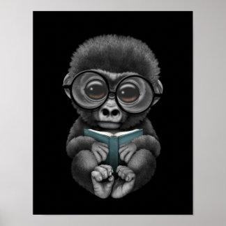 Gorila lindo del bebé que lee un libro en negro póster