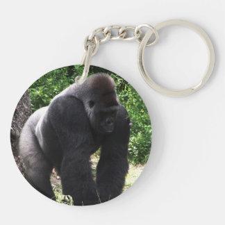 Gorila masculino down.jpg principal que camina del llavero redondo acrílico a doble cara