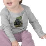 Gorila que sienta la camiseta infantil
