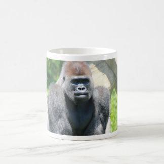 Gorila trasero de la plata taza de café