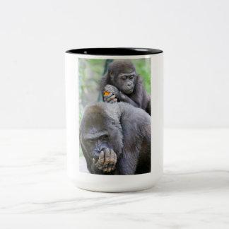 Gorila y bebé taza de café de dos colores