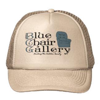 gorra azul de la silla