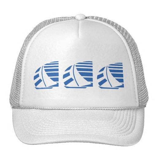 Gorra azul de los barcos de vela que compite con