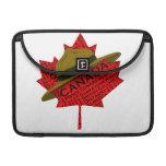 Gorra canadiense del Mountie en la hoja de arce ro Fundas Macbook Pro
