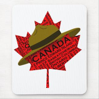 Gorra canadiense del Mountie en la hoja de arce ro Alfombrillas De Ratón