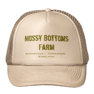 Gorra cubierto de musgo del camionero de la granja