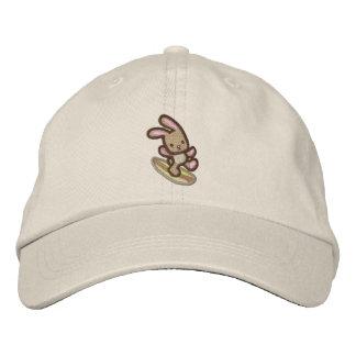 Gorra de béisbol bordada conejito que practica