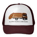 gorra de béisbol, camión de basura marrón