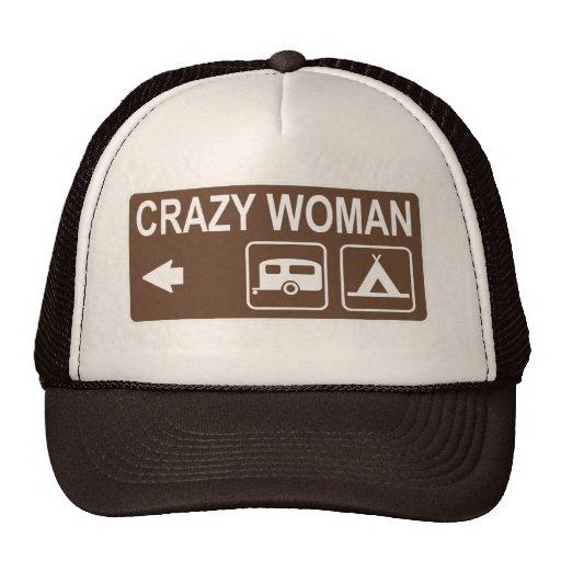 Gorra de la muestra de la mujer que acampa loca