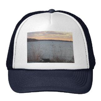Gorra de la puesta del sol de la orilla del lago