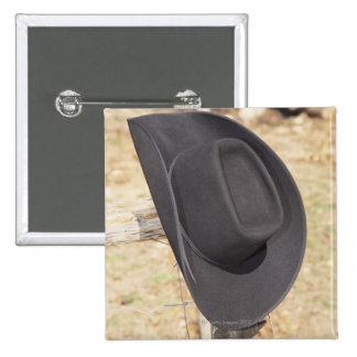Gorra de vaquero en la cerca pin