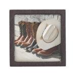 Gorra de vaquero en la fila de las botas de caja de recuerdo de calidad