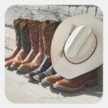 Gorra de vaquero en la fila de las botas de pegatina cuadrada