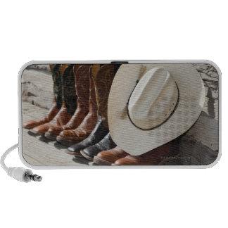Gorra de vaquero en la fila de las botas de vaquer PC altavoces