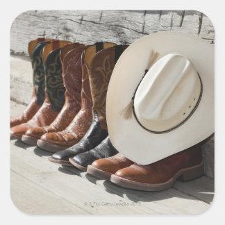 Gorra de vaquero en la fila de las botas de vaquer pegatinas cuadradases