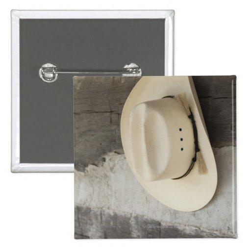 Gorra de vaquero que cuelga en la pared de la caba pin