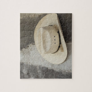 Gorra de vaquero que cuelga en la pared de la caba puzzle con fotos