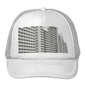 Gorra del camionero con arquitectura residencial