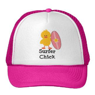 Gorra del polluelo de la persona que practica surf