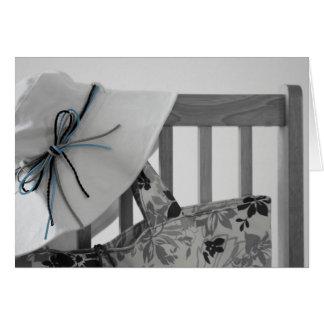 Gorra en silla tarjeta de felicitación