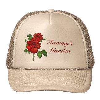 Gorra rojo color de rosa del jardín del ejemplo