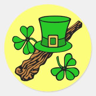Gorra y el pegatina de St Patrick de los tréboles