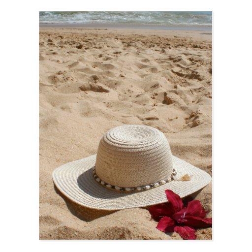 Gorra y flor de la playa tarjetas postales