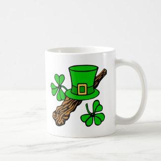 Gorra y la taza de St Patrick de los tréboles