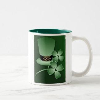 Gorra y taza irlandeses de los tréboles