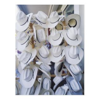 Gorras de vaquero que cuelgan en una tienda de postales