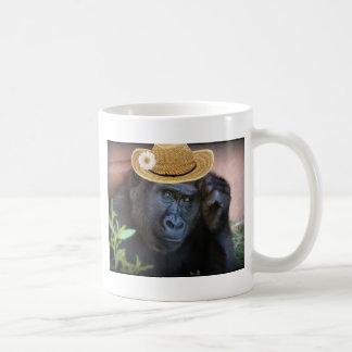 gorrilla en un gorra de paja taza de café