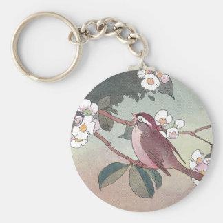 Gorrión en el florecimiento del manzano llavero redondo tipo pin