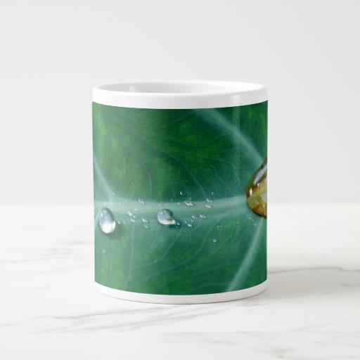 Gota de la lluvia en una hoja verde tazas jumbo