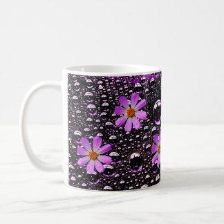 gota de lluvia con las tazas de la flor del cosmos