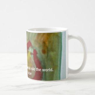 Gota del café, dada bastante café, podría gobernar taza básica blanca