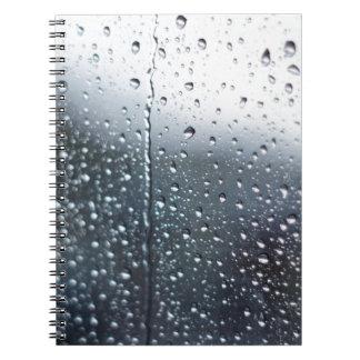 Gotas de agua de la ventana cuadernos