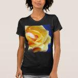 Gotas de agua del rosa amarillo camisetas