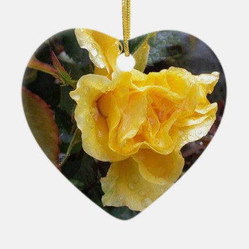 Gotas de agua en los rosas - rosa amarillo adorno navideño de cerámica en forma de corazón