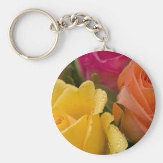 Gotas de agua en rosas amarillo-naranja y rosados llavero redondo tipo pin