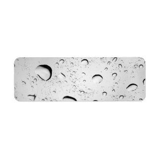 Gotas de agua sobre el vidrio etiquetas de remite
