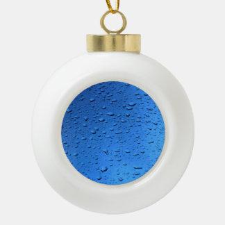 Gotas de lluvia en el azul de cristal