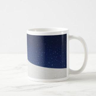 gotas de lluvia en fondo azul blanco rojo taza de café