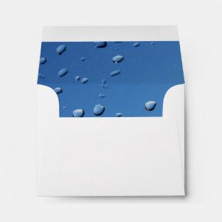 Gotas de lluvia en fondo azul