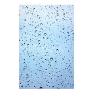 Gotas de lluvia sobre un vidrio de ventanas papelería