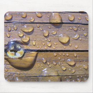 Gotas del agua en la fotografía de madera manchada alfombrilla de raton