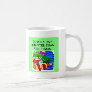 gotcha idea del navidad de la adopción del día taza